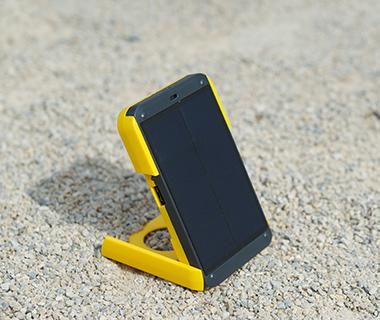 201405-w-beach-gadgets-wakawaka-solar-pack