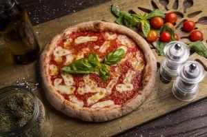 Pizza margherita mozzarella italian