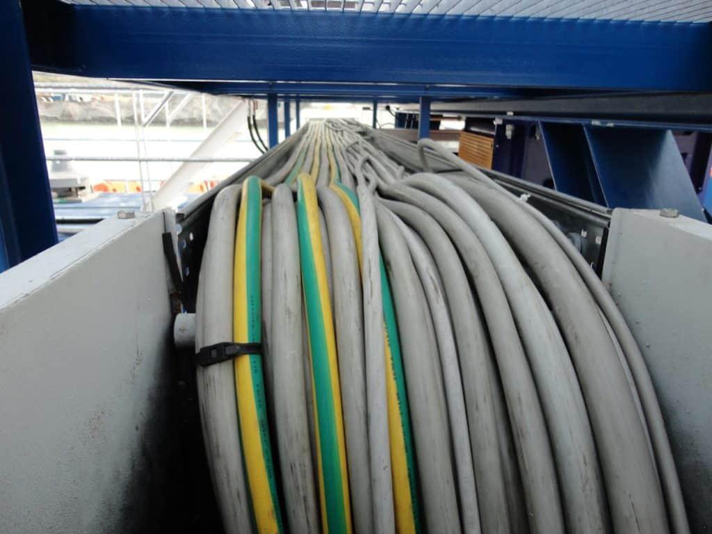 cavi-elettrici-con-conduttori-di-energia-e-di-protezione-di-tipo-FG7OR-in-gomma-con-posa-in-canale-non-forato-senza-coperchio
