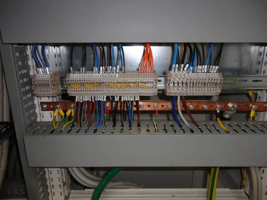 morsettiera-di-un-quadro-elettrico-per-il-collegamento-dei-cavi-elettrici-dagli-interruttori-alle-utenze