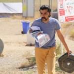 نەوا موکرجی لە کەمپی کاتیی عەربەت لەکاتی کارکردن بۆ پەنابەرەکانی سوریا. فۆتۆ: لازۆ یوسف 31/5/2014