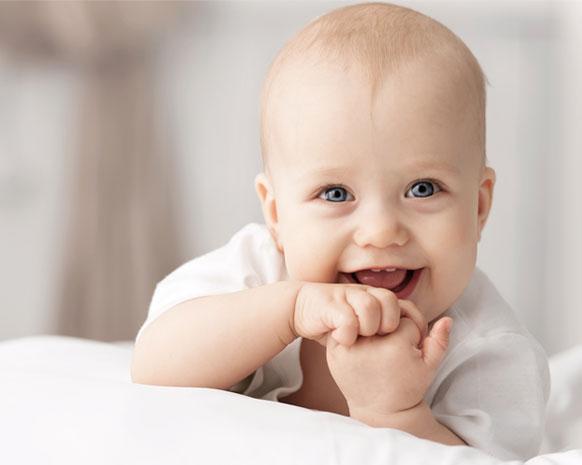 ماذا تخبئ تلك البقعة الطرية في رأس طفلك نواعم