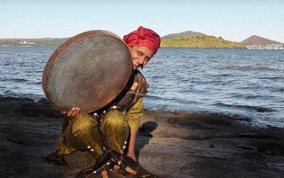 50/50 Magazine – Nawal, la voix des Comores, une fille de la terre