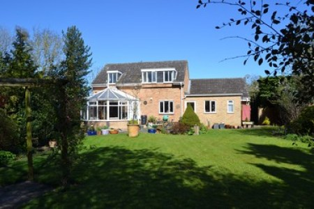 Large detached harborough house with conservatory