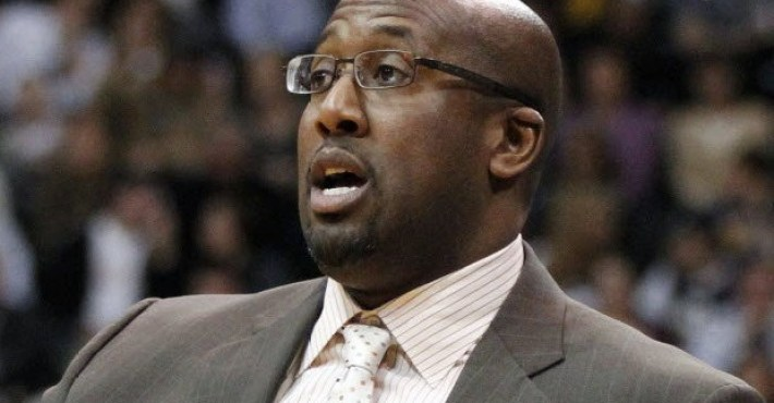Mike Brown se acerca al banquillo de los Warriors