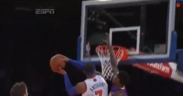 Manny Harris tapona a Carmelo Anthony