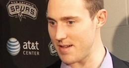 Aron Baynes, que continúa sin resolver su futuro con los Spurs, tiene ofertas de China