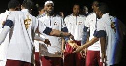 LeBron James vuelve a las canchas para machacar a los Indiana Pacers
