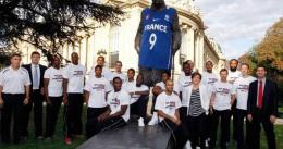 """Nike recibe una multa de 75.000 dólares por """"vestir"""" la estatua de Churchill"""