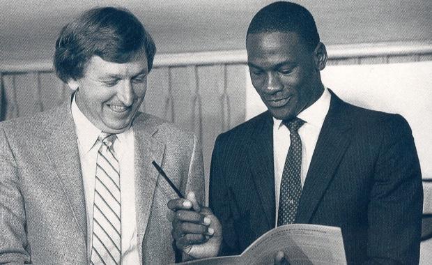 Michael Jordan firmando su contrato.