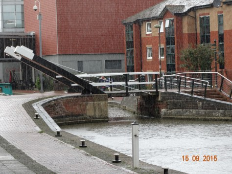 Lift bridge in Banbury which is followed by a lock. Tooleys historic boatyard is here also.