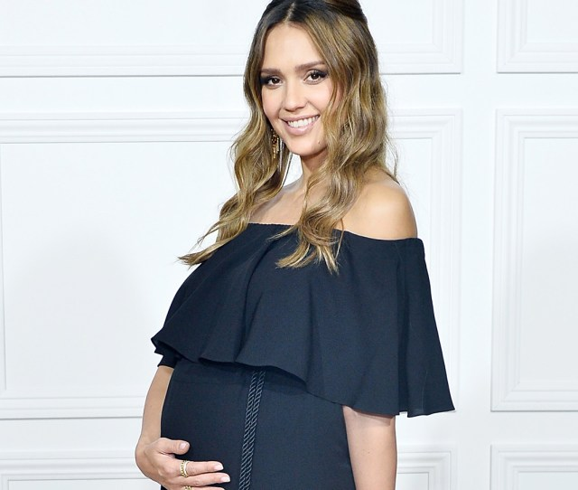 171011_3600582_jessica_alba_shows_off_growing_baby_bump_in_ Jpg