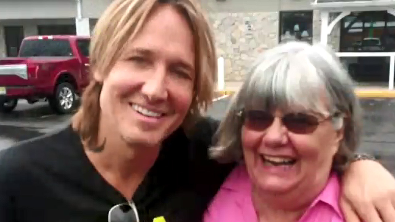 Woman_unknowingly_helps_Keith_Urban_at_g_0_20180807120442
