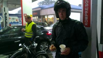 Roman bleibt vor Schreck der HotDog & Kaffee im Mund stecken
