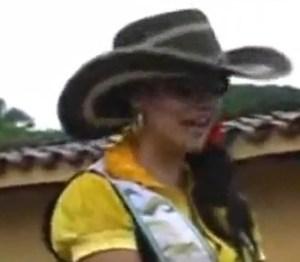 Een meisje en een geil paard