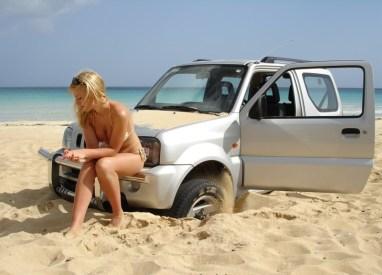 beach_girl_car_stuck_034