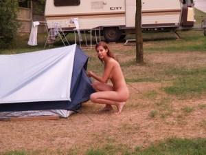 Dronken meiden kamperen overal