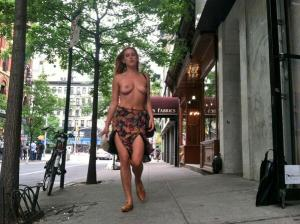Dochter van Bruce Willis loopt topless door New York