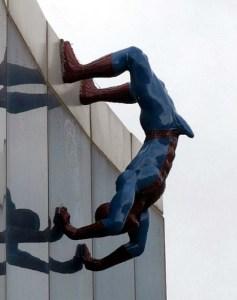 Spiderman met een stijve verwijderd van gebouw