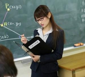 Pornoactrice Mana Aoki op je wiskundeboek