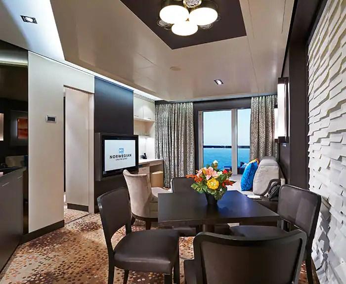 ノルウェージャンクルーズライン ザ・ヘブン 2ベッドファミリーヴィラ リビング The Haven's 2-Bedroom Family Villa with Balcony on Norwegian Escape