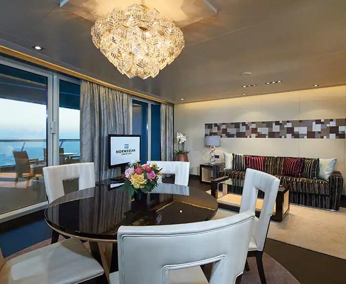 ノルウェージャンクルーズライン ザ・ヘブン デラックスオーナースイート リビングルーム The Haven's Deluxe Owners Suite with Large Balcony Living Room on Norwegian Escape