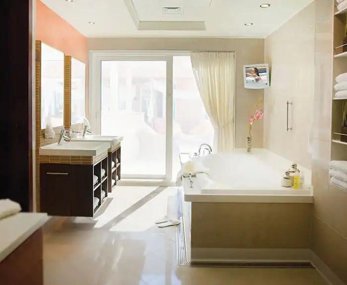 ノルウェージャンクルーズライン ザ・ヘブン 3ベッドルームガーデンヴィラ The Haven's 3-Bedroom Garden Villa Bathroom on Norwegian Pearl