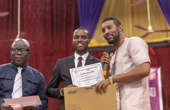 Uniben Best Graduating Student In Surgery Receives New Laptop And 100 Pounds
