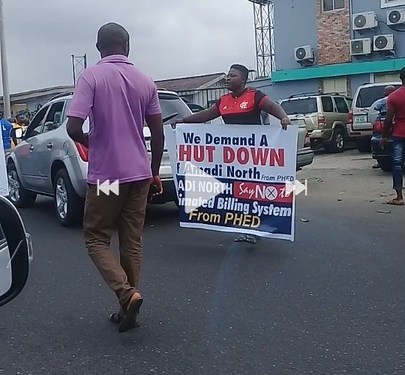 Protesters Storm PHED Office In Port Harcourt Over Poor Power Supply (Photos)