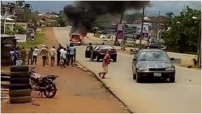 Ondo 2020: Akeredolu's convoy attacked as Governor, Jegede's loyalists clash, scores injured