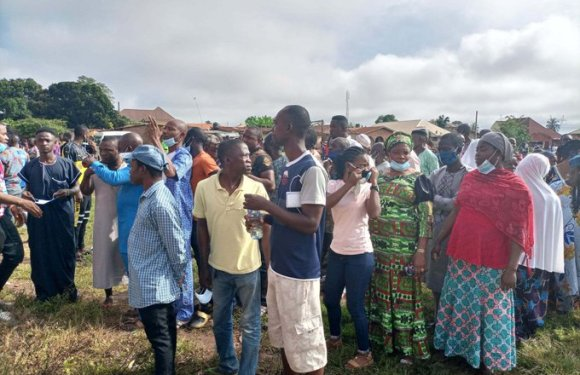 Edo Decides: Voters scramble for cash as APC leaders allegedly share money [VIDEO]