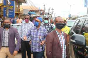 Sit-at-home: Obiano enforces resumption of businesses in Anambra, visits banks, markets [PHOTOS] 11