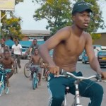 Kwesi Arthur hailed for jabbing the gov't and motivating the youth in new international freestyle – watch