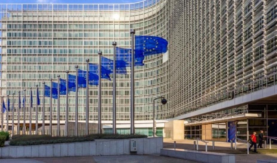Η Κομισιόν προτείνει μείωση των περιορισμών στα μη απαραίτητα ταξίδια στην ΕΕ