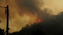 Επίγειες και εναέριες δυνάμεις στη μάχη για την κατάσβεση της πυρκαγιάς – Καλύτερη πλέον η εικόνα