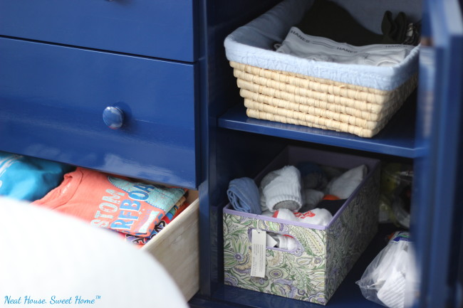 Organizing kids' clothes can be overwhelming. Here are some tips to keep the closet organized and accessible.