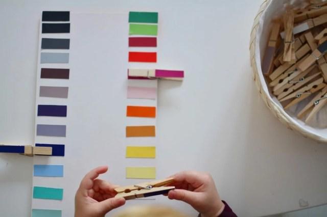 Metoda Montessori – dziecko bawi się spinaczami