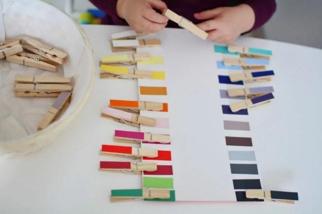 Metoda Montessori – zabawa ze spinaczami dla dziecka