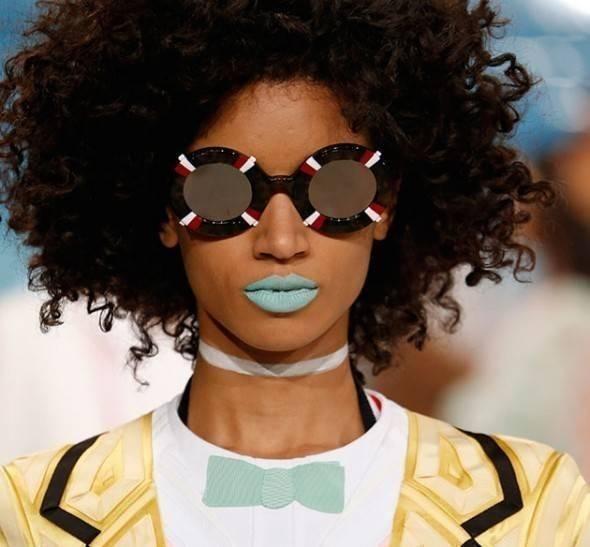 Necessaire da Diva 300916-boca-azul-04-590x547 O batom azul claro vem aí. Beleza  Maquiagem batom azul nas passarelas internacionais batom azul claro batom