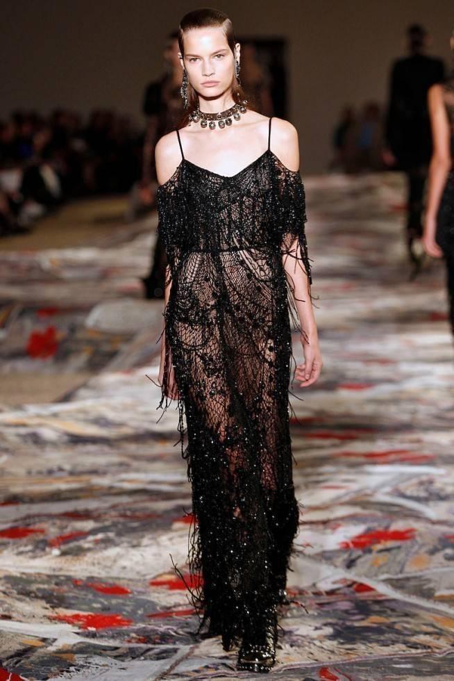 Necessaire da Diva amq-ss17-162-654x980 Moda com sensualidade na coleção de McQueen. Moda  sensualidade roupas transparentes paris moda com sensualidade moda 2016 moda Alexander McQueen