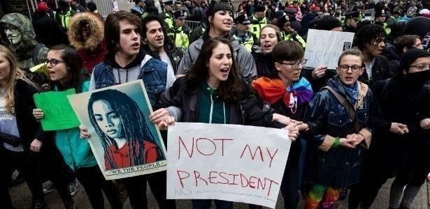 """Necessaire da Diva 20jan2017-manifestantes-fazem-protesto-antes-da-posse-do-presidente-eleito-dos-eua-donald-trump-nesta-sexta-feira-20-em-washington-dc-1484930023300_615x300 """"Não vamos permitir que pisem em nossas almas."""" Coisas de Bárbara.  Women's march Marcha das mulheres Frases inspiradoras Frase de Alicia Keys 2017"""