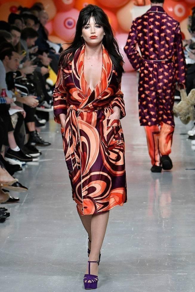 Necessaire da Diva kea-m-fw17-064-654x980 Desfile da coleção de Katie Eary -Londres 2017. Moda  Pijama na moda moda Londres Katie Eary Desfile masculino Desfile feminino desfile 2017