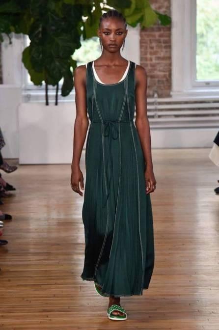 Necessaire da Diva FB_IMG_1496596386138 Desfile de Valentino no New York FW -coleção 2018. Moda  Valentino Sandalia com meia esportiva New York fashion week 2017 moda Fashion Week desfile