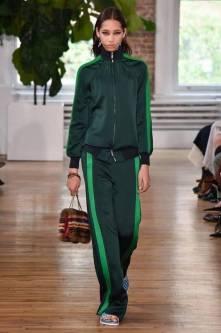Necessaire da Diva FB_IMG_1496596517445 Desfile de Valentino no New York FW -coleção 2018. Moda  Valentino Sandalia com meia esportiva New York fashion week 2017 moda Fashion Week desfile