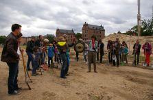Mit einem Gongschlag leitete Simon Weingärtner von umBAU² Turley e.V. den ersten Spatenstich auf dem Bauplatz ein
