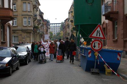 Vorbei am völlig entmieteten Haus in der Kobellstraße 19-21