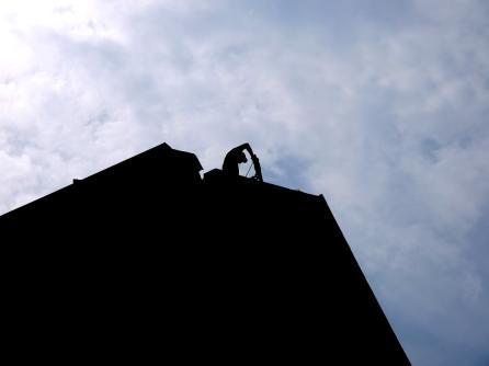 Ein Bauarbeiter entfernt Teile des Dachs mit dem Presslufthammer | Foto: Neckarstadtblog
