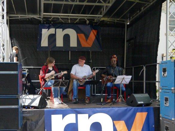 Die Ukulayers, ein Ukulelen-Trio mit Peter Tröster | Foto: Neckarstadtblog