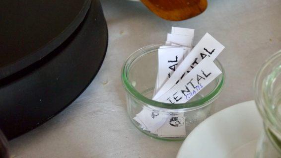 Zettelwirtschaft: Crêpe-Bestellungen gibt man schriftlich ab   Foto: M. Schülke