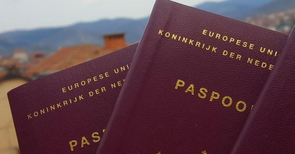 nederlandse paspoort met een landschap op de achtergrond